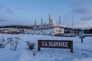 SS Klondike bei Schnee als Sehenswürdigkeit in Whitehorse