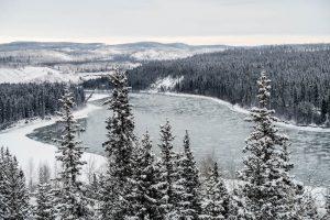Winterlandschaft und Fluss im Yukon Kanada