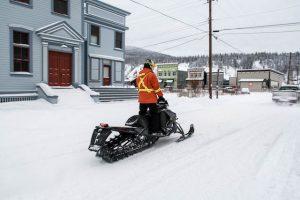 Schneemobil auf verschneiter Straße