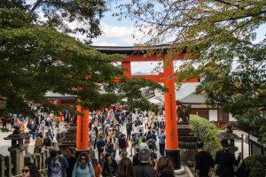 Touristen am großen Torii Tor