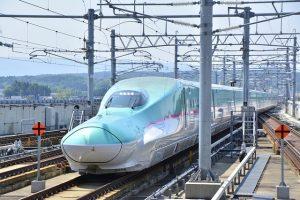 Japan Railways Zug auf Gleis fährt durch Landschaft
