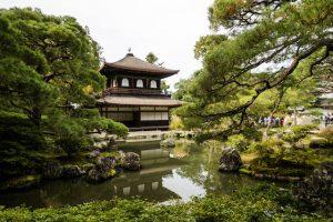 Garten und Teich mit Blick auf den silbernen Tempel in Kyoto