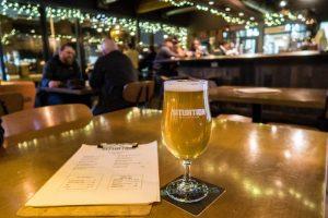 Bier auf Tisch in Bar