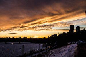 Gefärbter Himmel zum Sonnenuntergang