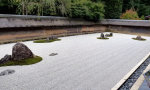 Steingarten am Ryoan-ji Tempel mit weißem Stein