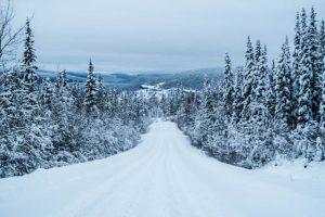 Straße im Schnee bei Dawson City Kanada