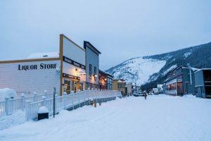 Häuser im Schnee in Dawson City im Yukon