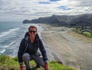 Person mit Aussicht auf Strand und Meer