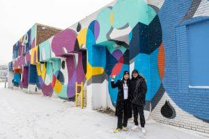 Zwei Personen vor Straßenkunst in Edmonton