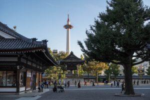 Blick vom Higashi Honganji Tempel auf den Kyoto Tower