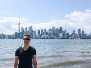 Person vor Skyline im Sommer in Kanada