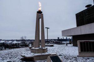 War Memorial mit brennender Flamme
