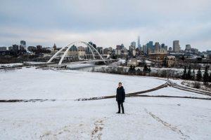 Schnee im winter in Edmonton mit Blick auf Downtown
