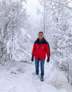 Person in verschneiten Bäumen im Yukon