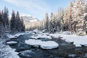 Schnee und Eis am Fluss im Jasper Nationalpark zur Reisezeit im Winter