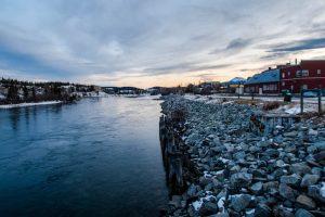 Flussufer vom Yukon in Whitehorse beim Sonnenuntergang