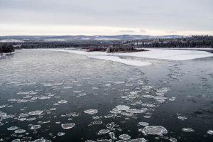 Eisschollen auf Fluss im Winter