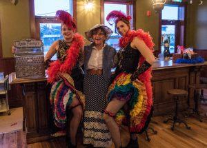 Drei Personen mit traditionellen Kleidern im Caribou Haunted Hotel