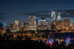 Edmonton Skyline nachts mit Lichtern