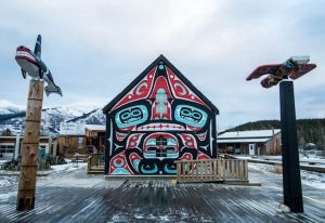 Bemaltes Haus und Totempfähle in Carcross