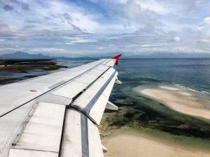 Blick aus Flugzeug auf die Insel Palawan in den Philippinen