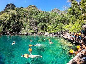 Personen schwimmen im Kayangan Lake Coron