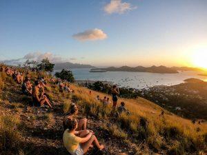 Sicht vom Hügel in Coron in Palawan beim Sonnenuntergang