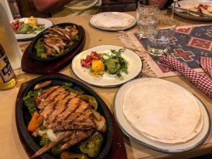 Tisch mit Essen in Coron