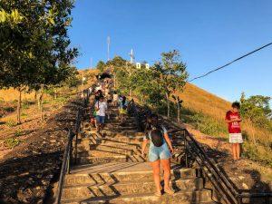 Stufen auf den Berg in Coron