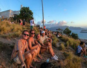 Personen sitzen auf Berg