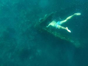 Person taucht zum Schiffswrack in Coron Palawan