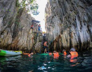 Menschen schwimmen in der Twin Lagoon in Coron