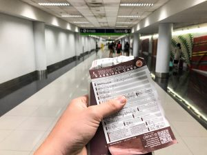 Arrival Card und Reisepass in der Hand