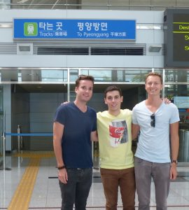 Drei Personen im Bahnhof Dorasan