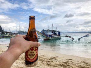 Flasche Bier am Strand