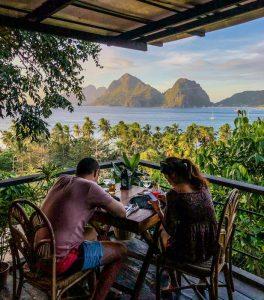 Blick von Terrasse auf Meer und Klippen