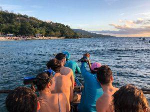 Menschen in Holzboot