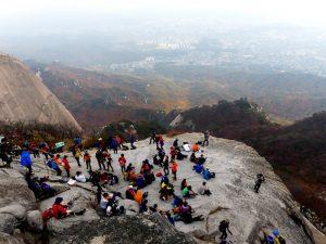 Felsen mit Menschen im Nationalpark in Südkorea