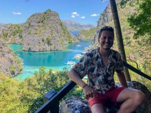 Person vor Aussicht am Kayangan Lake in Coron