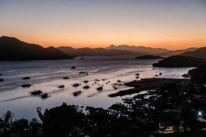 Sonnenuntergang mit Blick auf die Bucht bei Coron