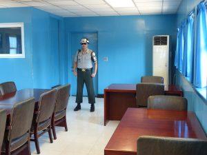 Soldat und Tisch im blauen Haus