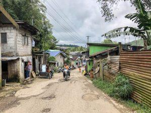 Kleine Dorfstraße auf den Philippinen