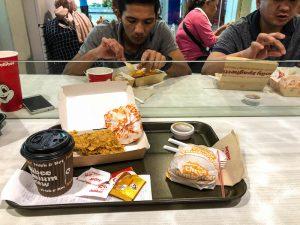 Tisch mit Essen im Restaurant