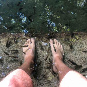 Füße im Wasserbecken