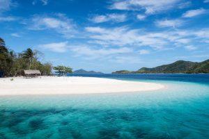Strand mit blauem Wasser