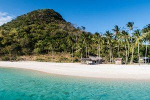 Insel mit Strand und Hügel auf Palawan