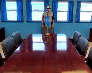 Im Blauen Haus mit Tisch in der DMZ