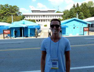 Person vor blauen Häusern der DMZ