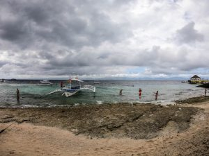 Blick auf das Meer mit grauem Himmel