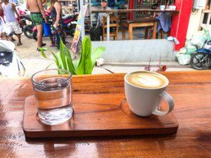 Kaffee und Wasser auf Brett